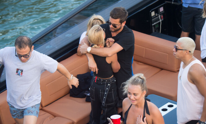 OPPSLUKT AV HVERANDRE: Sofia og Scott klarer ikke å holde seg unna hverandre. Her om bord på en båt i Miami. Foto: NTB scanpix