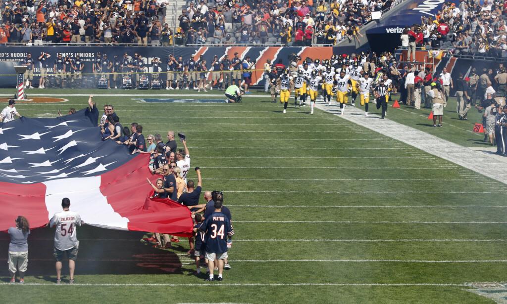 BLE I GARDEROBEN: Først etter nasjonalsangen var ferdigspilt kom Pittsburgh Steelers løpende ut på Soldier Field i Chicago før kampen mot Chicago Bears. Foto: AP Photo/Charles Rex Arbogast/NTB Scanpix