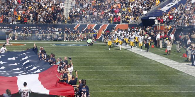 Her løper NFL-laget inn på banen etter nasjonalsangen er spilt - stor protest mot Trump i NFL
