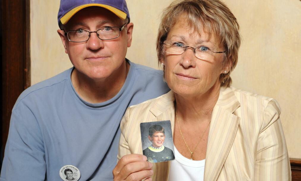 <strong>TRUE CRIME:</strong> Patty og Jerry Wetterling holder opp et bilde av sønnen Jacob Wetterling som forsvant fra nabolaget deres i Minneapolis i 1989. Bildet ble tatt i 2009. Det var først i 2016 at levningene hans ble funnet. Foto: NTB Scanpix