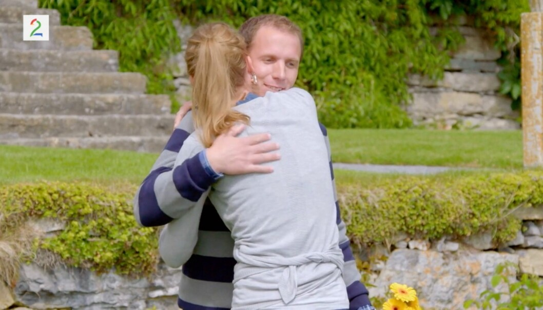 <strong>TOK FARVEL:</strong> Her gir Liv Tone en god klem til Ingvar før hun forlater programmet. Foto: Screen shot