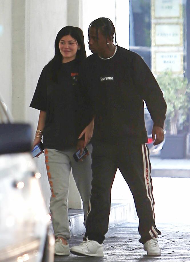 <strong>LEGEBESØK:</strong> Her besøker Kylie og kjæresten Travis Beverly Hills Medical Building i juni, ifølge Splash News. Duoen skal ha tilbrakt rundt 45 minutter i bygningen før de dro hjem til Calabasas. Foto: NTB Scanpix