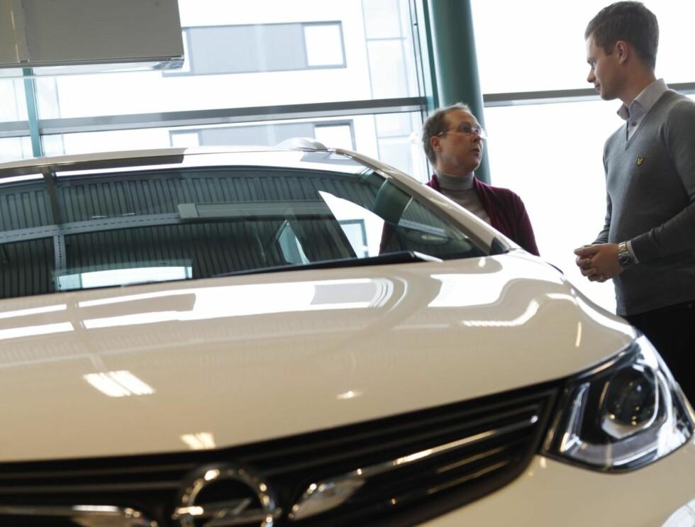 FRUSTRERENDE: Caroline Westrup og Opel-ansvarlig Jon Inge Havreberg hos Mobile Oslo synes begge det er vanskelig å forholde seg til leveringen av elbilen Opel Ampera-e. Foto: Øystein Fossum