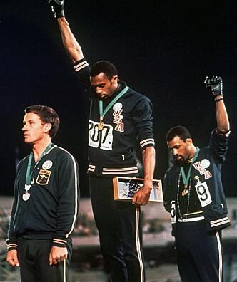 DET STORE BILDET: Mexico-OL 1968 der Tommie Smith (i midten) og John Carlos støtter Black Power-bevegelsen hjemme i USA movement. Det var en enkelt aksjon. Nå gjelder det en hel nasjonalsport. FOTO: AP/File.