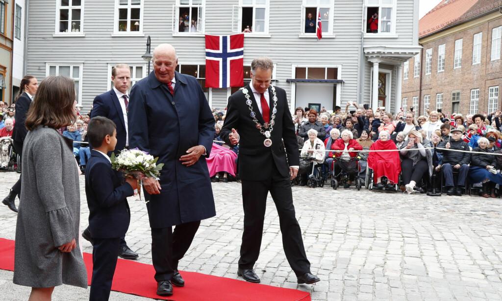 HAR DET BRA: Kong Harald blir tatt imot av ordfører Jon-Ivar Nygård under sitt besøk til Gamlebyen i Fredrikstad i august forbindelse med byens 450-årsjubileum. Foto: Heiko Junge / NTB scanpix