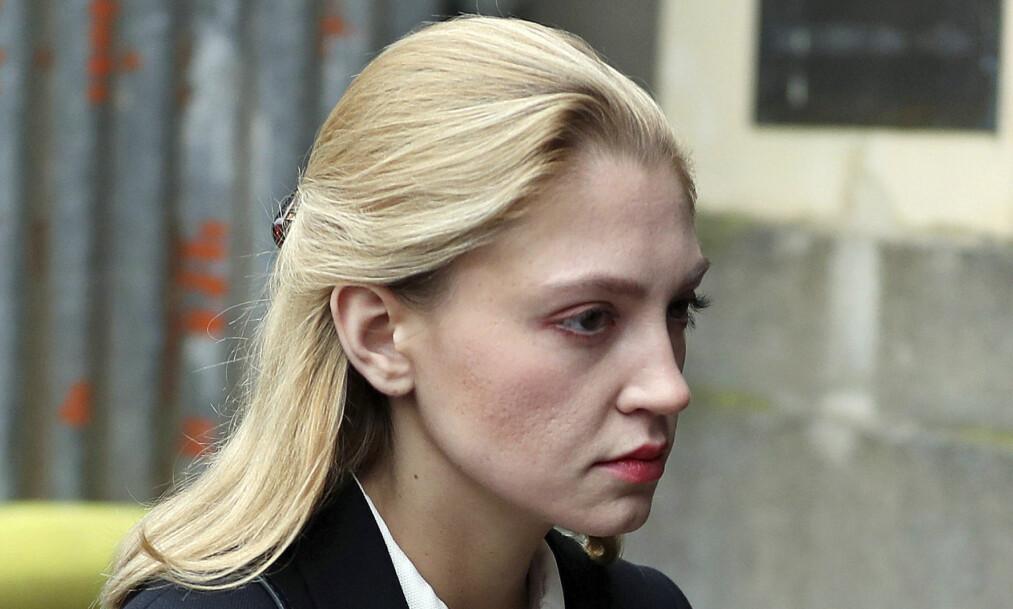 <strong>SLIPPER FENGSEL:</strong> Lavinia Woodward på vei inn i retten mandag. Her ble det klart at hun slipper fengselsstraff etter å ha knivstukket en mann i september i fjor. Foto: Andrew Matthews / PA via AP / NTB Scanpix
