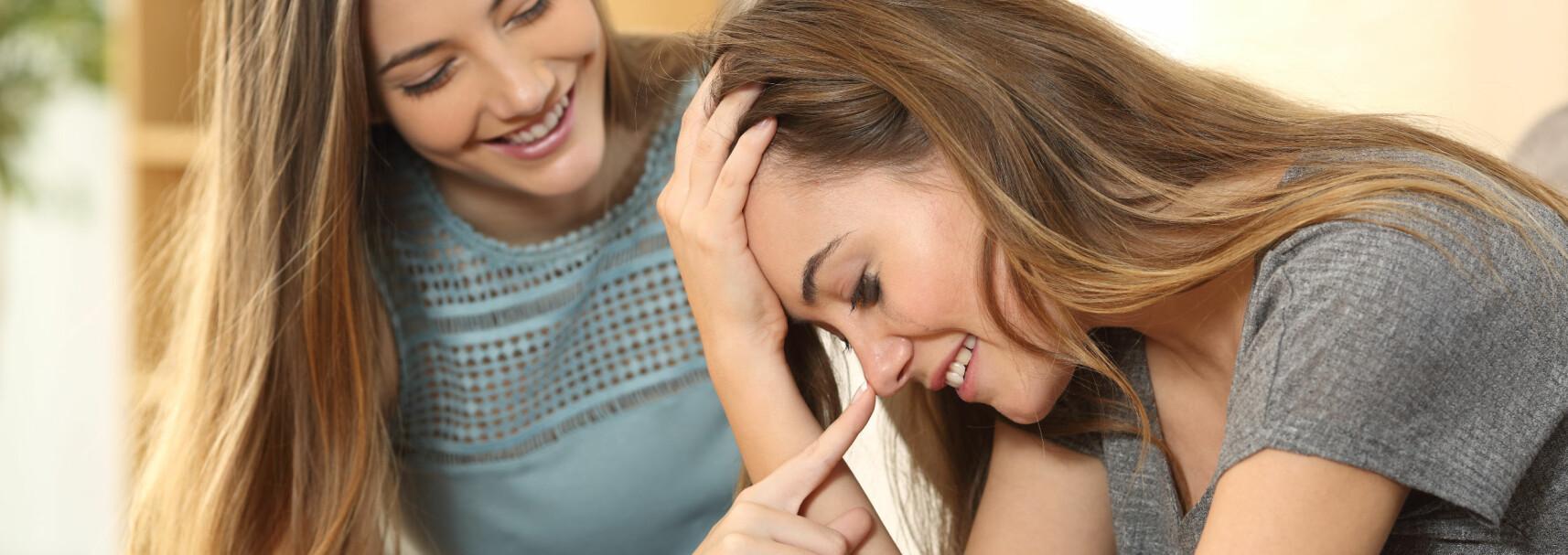 MUNTRE OPP: Det er ikke lett å vite hva man skal gjøre når venninnen din har kjærlighetssorg – og derfor har vi samlet våre best tips. FOTO: Scanpix