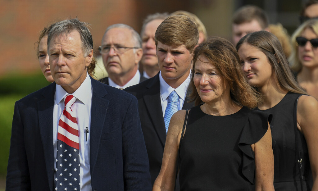Begravelsen: Her er Fred og Cindy Warmbier i sønnens begravelse den 22. juni i år. De er rystet over tilstanden han var i da han kom hjem.Foto: Bryan Woolston / AP / NTB Scanpix