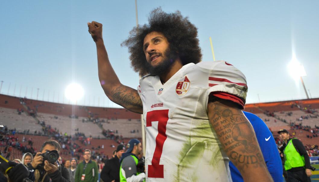 <strong>STARTEN:</strong> Colin Kaepernick skapte store reaksjoner da han satte seg ned på kne mens nasjonalsangen ble spilt. Nå, etter år senere, er han klubbløs og ses på som en mann som ønsker å splitte USA. Foto: REUTERS/Robert Hanashiro/USA TODAY Sports