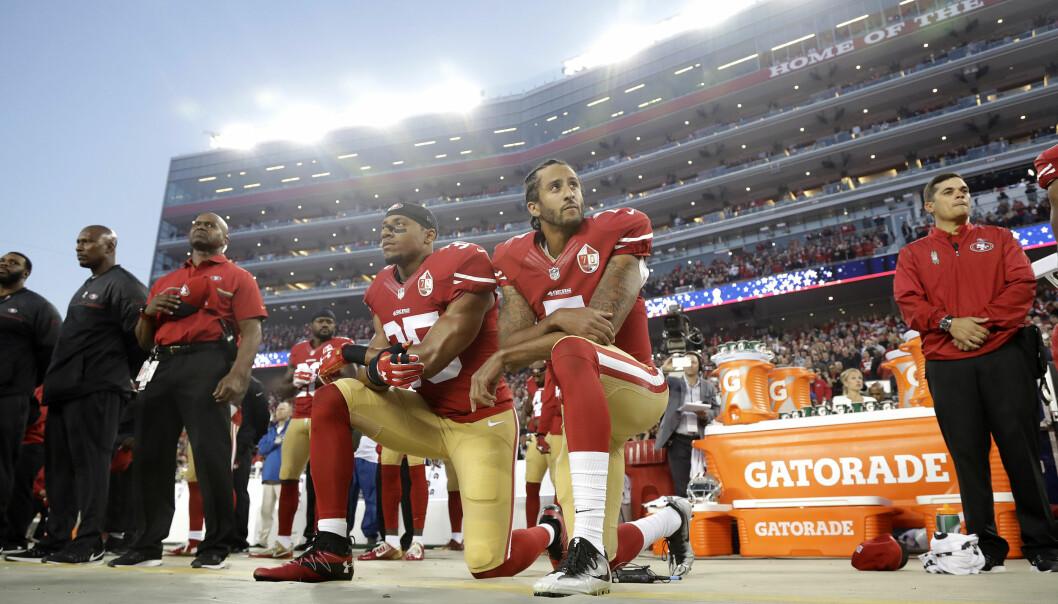 <strong>KNELER SAMMEN:</strong> Eric Reid og Colin Kaepernick. Foto: AP Photo/Marcio Jose Sanchez