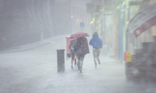 5e1c9b4b ALLVÆRSKLÆR ELLER REGNTØY? Om paraplyen er uaktuell: Er det egentlig noen  forskjell på regntøy
