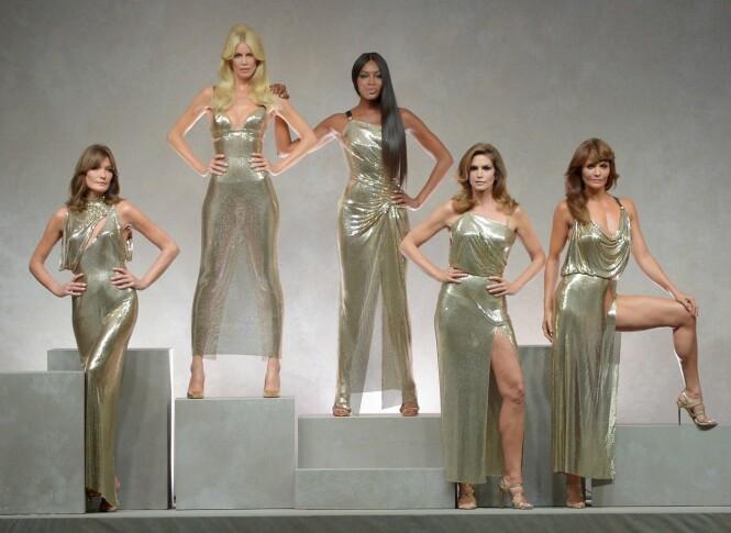 SUPERMODELLER: Carla Bruni, Claudia Schiffer, Naomi Campbell, Cindy Crawford og Helena Christensen avsluttet Versace-showet. Foto: Scanpix
