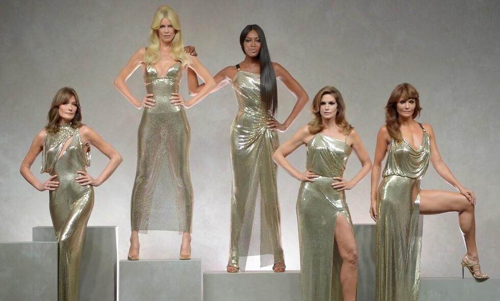 MILANO FASHION WEEK: Carla Bruni, Claudia Schiffer, Naomi Campbell, Cindy Crawford og Helena Christensen avsluttet Versace-showet. Foto: Scanpix