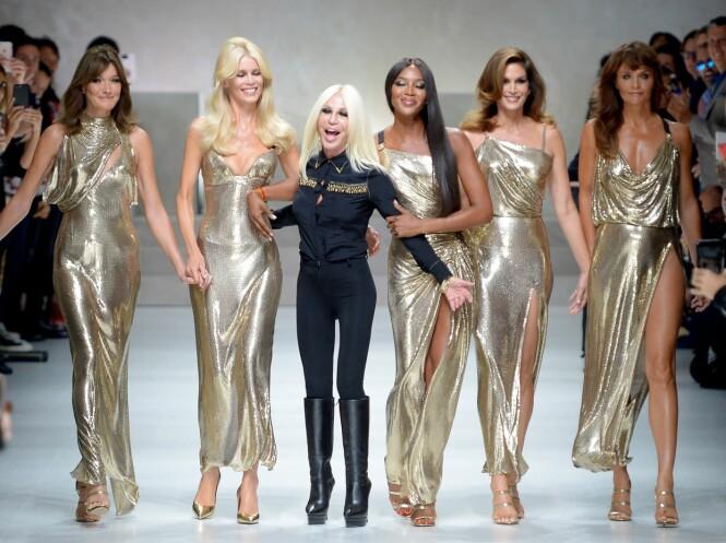 MED DESIGNEREN: Carla Bruni, Claudia Schiffer, Donatella Versace, Naomi Campbell, Cindy Crawford og Helena Christensen. Foto: Scanpix