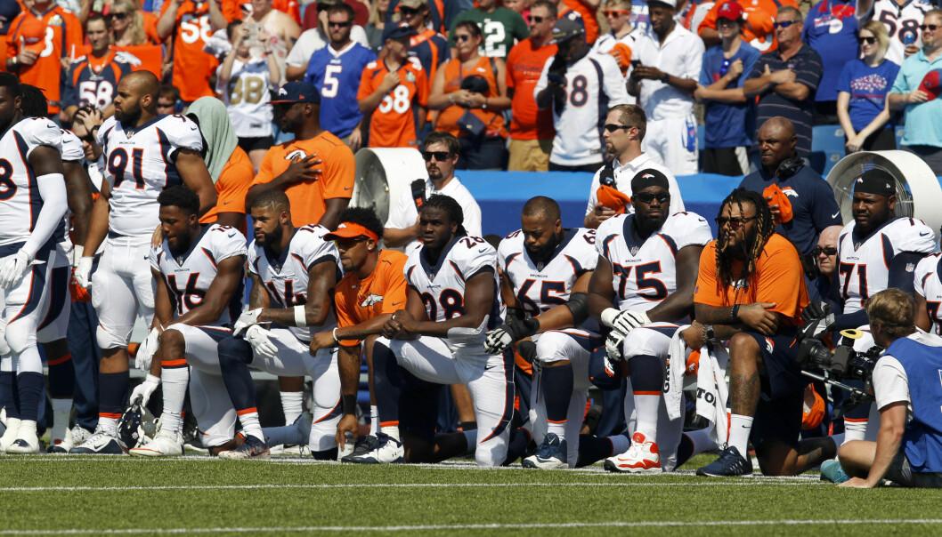 BØYD I PROTEST: Spillerne til Denver Bronco markerer sin avsky mot Trump-uttalelsene under nasjonalhymnen før søndagens kamp mot Buffalo Bills. Nå viser TV-tallene at interessen tilsynelatende bare har økt etter at Trump ba folk skru av fjernsynsapparatene. FOTO: Timothy T. Ludwig-USA TODAY Sports