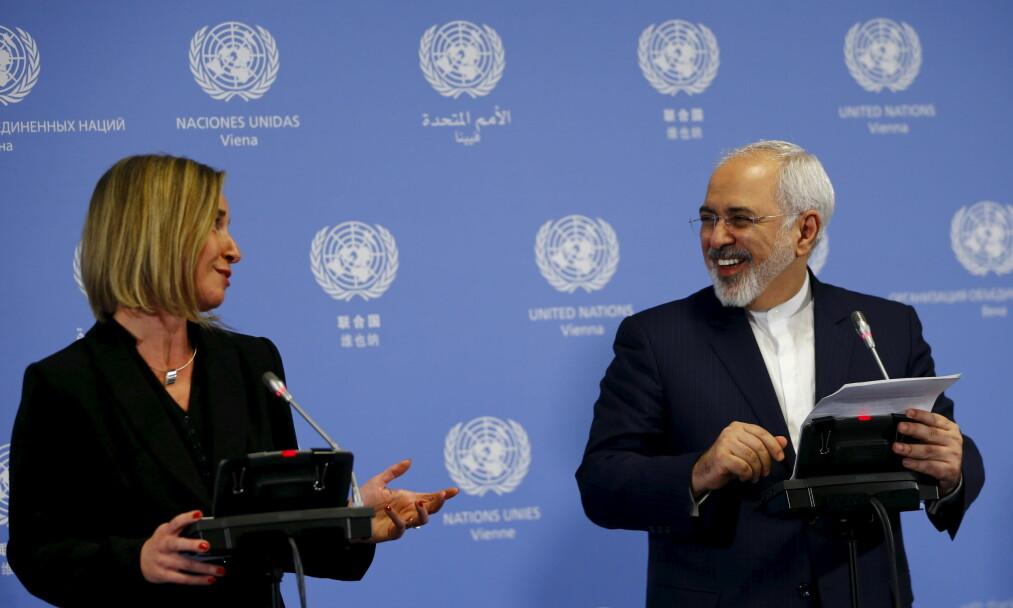 <strong>MULIGE FREDSPRISVINNERE:</strong> EUs Frederica Mogherini og Irans utenriksminister Mohammad Javad Zarif var de to hoved-tilretteleggerne for den historiske atomvåpenavtalen med Iran, som ble undertegnet i 2015. Foto: Leonhard Foeger / Reuters / Scanpix