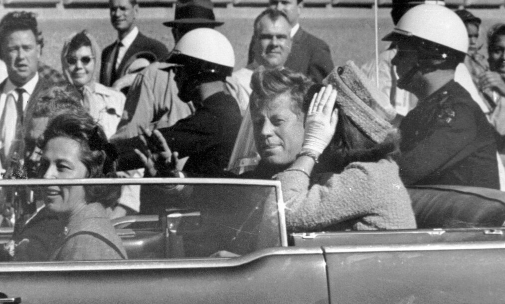 <strong>SKUTT:</strong> John F. Kennedy vinker til tilskuerne i Dallas 22. november 1963. Bildet er tatt cirka ett minutt før presidenten ble skutt. Foto: Jim Altgens/AP/NTB Scanpix