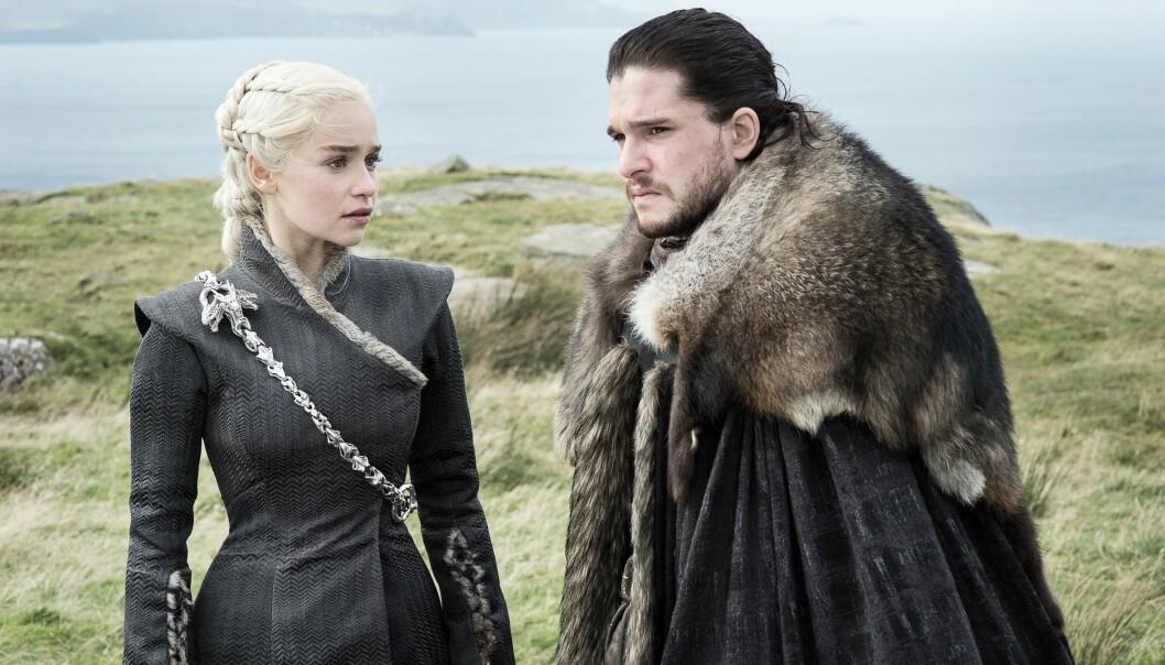 VERDENSKJENT: Her er Kit Harington i karakteren Jon Snow sammen med skuespiller Emilia Clarke, i den populære serien Game Of Thrones. Foto: NTB Scanpix