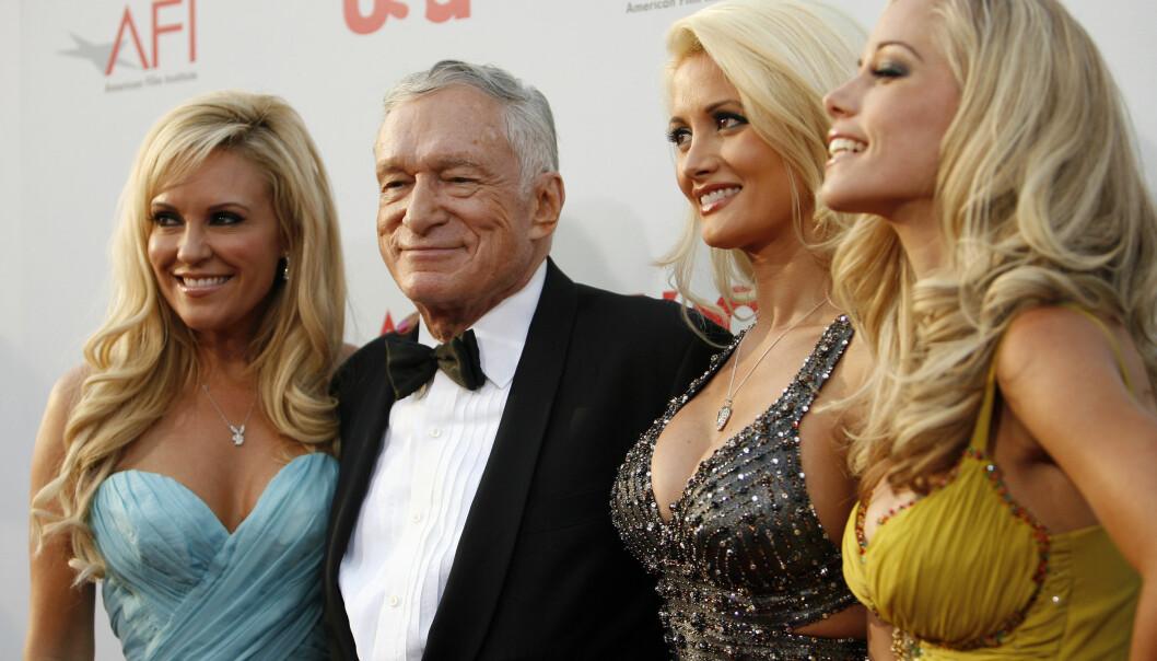 SAMMEN: Hugh Hefner sammen med Bridget Marguardt, Holly Madison og Kendra Wilkinson i 2008. Foto: Mario Anzuoni/Reuters