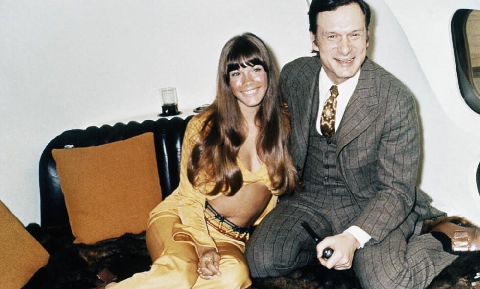 På høyden: Hugh Hefner med Barbie Benton på Playboy-sjefens private jetfly i 1972. Foto: NRB scanpix