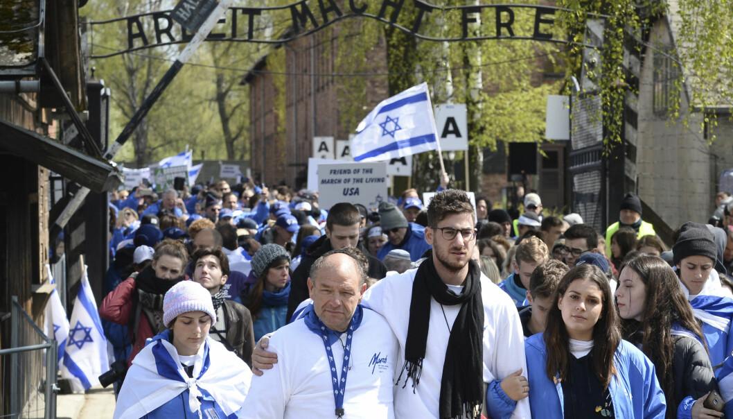 <strong>TIL MINNE OM HOLOCAUST:</strong> I april blir det hvert år arrangert en «marsj for de levende» til minne om Holocaust-ofrene gjennom porten med påskriften «Arbeit macht frei» (arbeid gjør deg fri). Marsjen går den tre kilometer lange ruta fra konsentrasjonsleiren Auschwitz til Birkenau i Polen. Foto: Alik Keplicz / Ap / NTB Scanpix