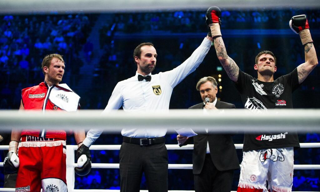 FEIL ARM I VÆRET: TIm-Robin Lihaug ser nesten forferdet på dommeren når armen til Tomas Adamek går i været. Han mener fortsatt at det var feil arm som gikk i været. Foto: Andreas Lekang