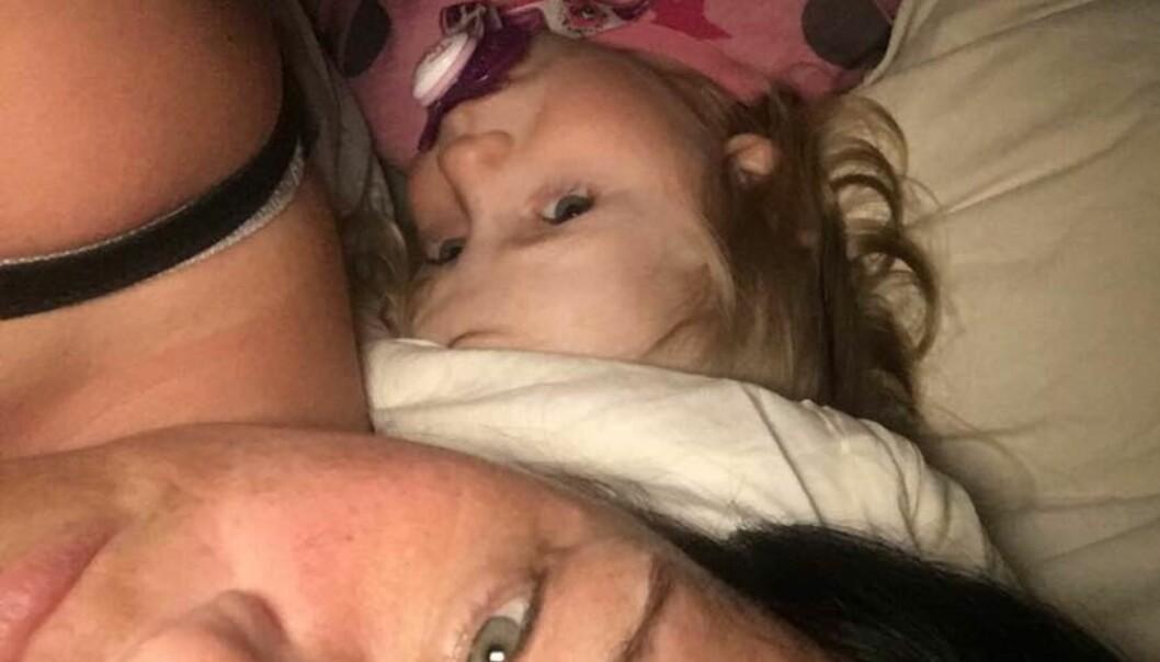 BRUKTE LANG TID PÅ Å SOVNE: Før de begynte med soveboken, pleide Silje å ligge i timevis sammen med datteren for å få henne til å roe seg. Foto: Privat