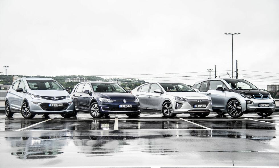 HVEM KJØRER LENGST? Vi har testet fire populære elbiler for å se hvem av dem som faktisk kjører lengst. Fra venstre: Opel Ampera-e, VW e-Golf, Hyundai Ioniq og BMW i3. Alle foto: Jamieson Pothecary