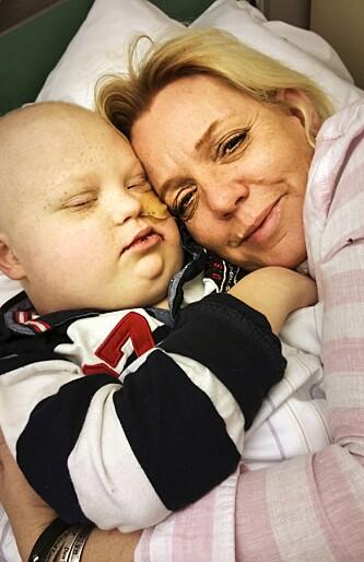 <strong>MAMMAS GUTT:</strong> Monica hadde håpet at det var slutt på tiden hun og Martin måtte tilbringe på sykehus. Nå venter nye måneder med kamp mot kreften. Foto: Privat