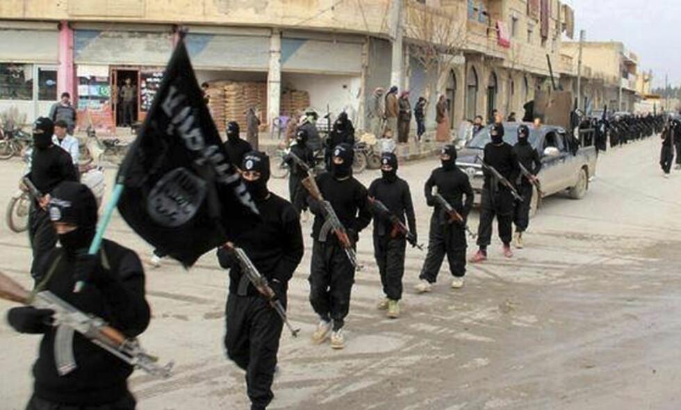 I «KALIFATET»: Ifølge tiltalen fikk verdalingen våpenopplæring og deltok i militære operasjoner som IS-kriger. Her et arkivbilde fra IS' «hovedstad» Raqqa. Foto: AP / NTB Scanpix
