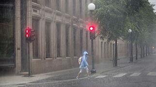 image: Flomvarselet på høyeste nivå. Styrtregn og sommervarme i høstferien