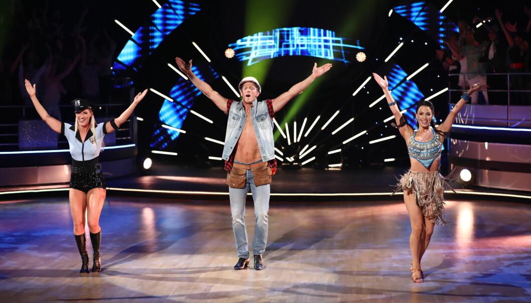 <strong>DANSETRIO:</strong> Flatland danset som gjest på laget til Erik Follestad lørdag kveld. Trioen gikk for å tolke låta «YMCA». Foto: Thomas Reisæter / TV 2