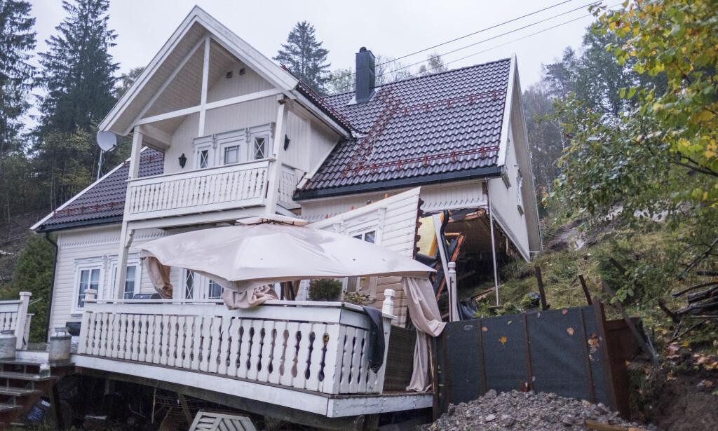 JORDRAS: Et hus ble i går delvis tatt av et jordras på Tveit utenfor Kristiansand. Foto: Tor Erik Schrøder / NTB scanpix