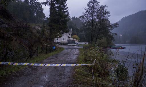 SPERRET AV: Politiet har sperret av veien inn til et hus som i går ble tatt av et jordras på Tveit utenfor Kristiansand. Foto: Tor Erik Schrøder / NTB scanpix