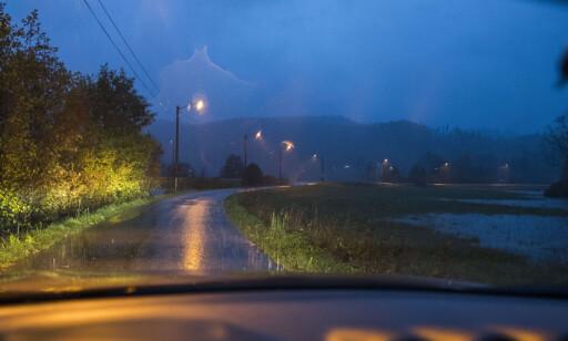 VENTES MER NEDBØR: Regnet bare fortsetter og fortsetter. Her på Tveit i Kritstiansand. Foto: Tor Erik Schrøder / NTB scanpix