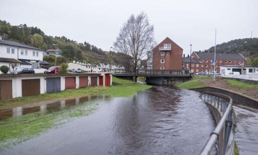VANNVEI: På Grim i Kristiansand er veien blitt til en elv. Foto: Tor Erik Schrøder / NTB scanpix