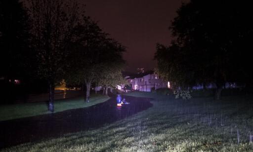 UVÆR: Møllevannsveien på Grim i Kristiansand flommer over. Normalt ligger bekken under sykkelbanen. Et par personer benytter anledningen til å bade med badering langs sykkelstien som nå er blitt en liten elv. Foto: Tor Erik Schrøder / NTB scanpix