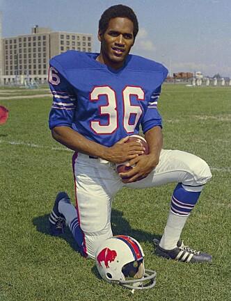 <strong>FOTBALLSTJERNE:</strong> O.J. Simpson spilte amerikansk fotball for Buffalo Bills på 60-tallet. Dette bildet er fra 1969. Foto: AP / NTB scanpix