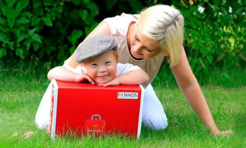 DOWNS SYNDROM: Iben René Hansen er en av foreldrene bak «Veslas koffert». Her sammen med sønnen Isaac. Foto: Karianne Brannstorph