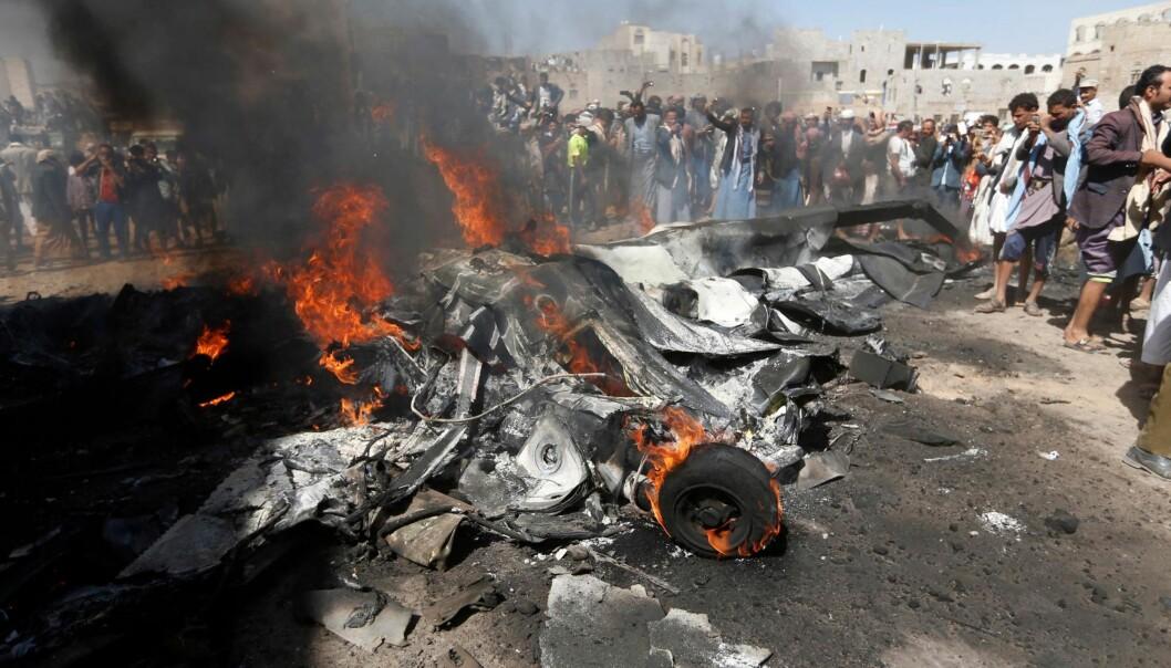 <strong>DRONE:</strong> Jemenitter har samlet seg rundt vraket av en drone i hovedstaden Sanaa lørdag. Ingen ble drept. Sjiamuslimsk Houti-milits hevder at de skjøt den ned. Foto: NTB Scanpix