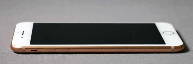 <strong>TYNN:</strong> iPhone 8 Plus måler bare 7,5mm over midjen, som gjør den til en av de tynneste i sin størrelse. Batteriet har krympet noe fra forgjengeren, men batteritiden er fortsatt meget god sammenlignet med konkurrentene. Foto: Pål Joakim Pollen