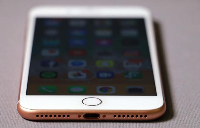 FORTSATT EGEN PLUGG: Mens alle andre nå bruker USB-C, holder Apple fortsatt på Lightning-porten i de nye iPhone-modellene. Foto: Pål Joakim Pollen