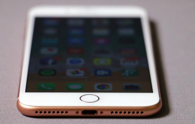 <strong>FORTSATT EGEN PLUGG:</strong> Mens alle andre nå bruker USB-C, holder Apple fortsatt på Lightning-porten i de nye iPhone-modellene. Foto: Pål Joakim Pollen