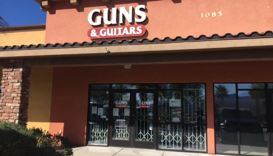 <strong>KJØPTE VÅPEN:</strong> Stephen Paddock skal ha kjøpt våpen i denne butikken i Mesquite, ifølge butikkeieren. Mandag var butikken stengt. Foto: Vegard Kristiansen Kvaale.