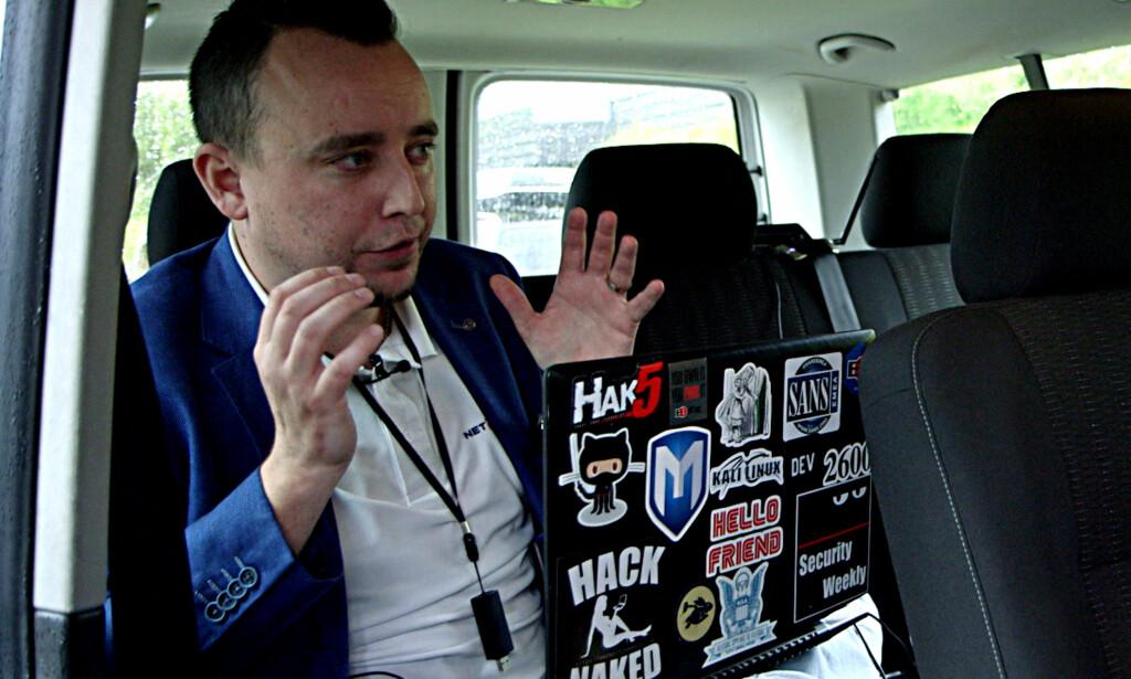 LOVLIG HACKING: Ved hjelp av relativt enkle teknikker klarte Chris Dale i Netsecurity å bryte seg elektronisk inn i et av Norges mest avanserte smarthus. Foto: NRK