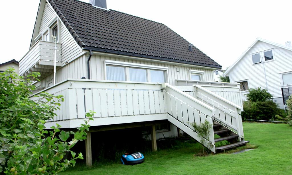 TOK KONTROLL: Dette huset i Stavanger betegnes som Norges smarteste. Gressklipperen under terrassen var blant dingsene i huset Chris Dale klarte å styre. Foto: NRK