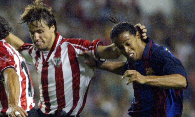 KJEMPET MOT OVERMAKTEN: Ronaldinho fintet Athletic Bilbaos Carlos Gurpegui på rompa i 2004. Foto: REUTERS/Vincent West/NTB Scanpix