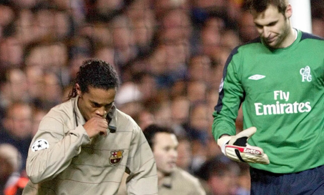 MÅL MOT CHELSEA: Ronaldinho feirer en scoring på Chelsea-keeper Petr Cech. Foto: AP Photo/Dave Caulkin/NTB Scanpix