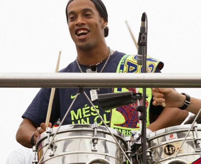 GLAD I MUSIKK: Ronaldinho. Foto: REUTERS/Gustau Nacarino/NTB Scanpix