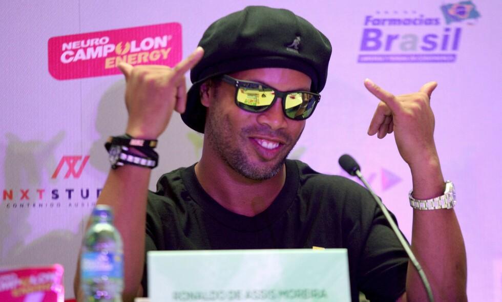 VELKJENT POSITUR: Ronaldinho har gjort denne håndbevegelsen til sitt varemerke. 17. januar kom beskjeden om at brasilianeren har lagt skoene på hylla. Foto: AFP PHOTO / MARVIN RECINOS / NTB Scanpix